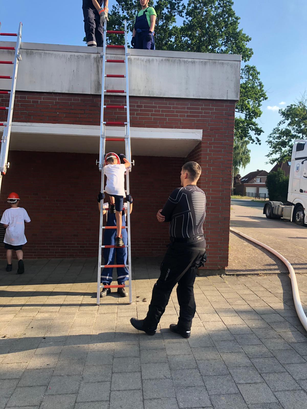 Die Jugendfeuerwehr Otternhagen übt den Aufstieg auf der 4-teiligen Steckleiter am alten Feuerwehr-Gerätehaus.