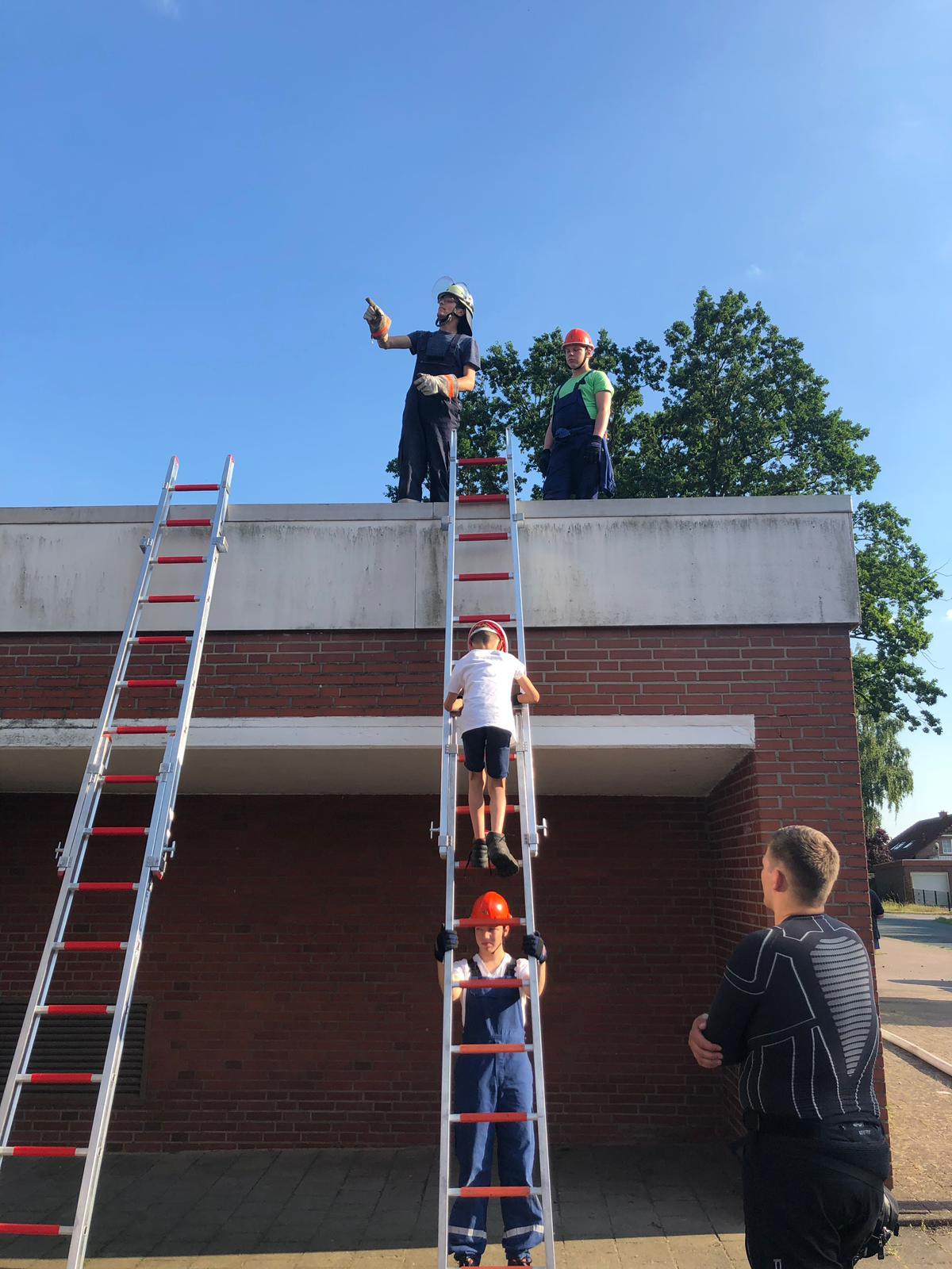 Die Jugendfeuerwehr Otternhagen übt am alten Feuerwehr-Gerätehaus das Vorgehen mit der 4-teiligen Steckleiter,