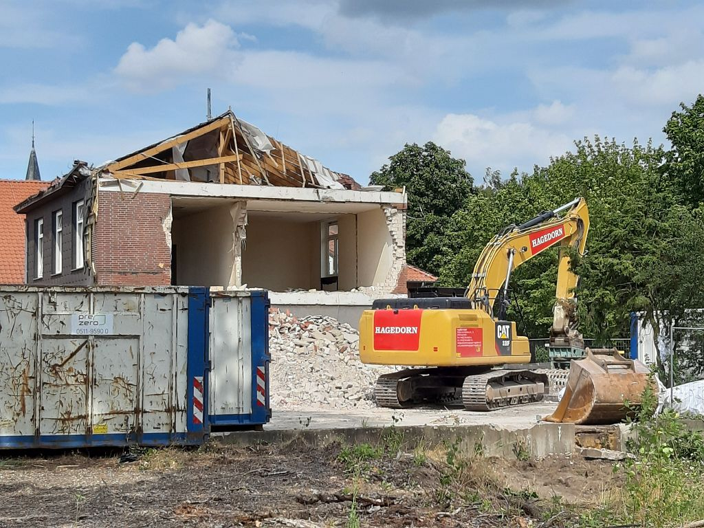 Das Foto zeigt den Rückbau der Fahrzeughalle. Die Außenwand des Gebäudes und Teile des Daches wurde bereits abgerissen.