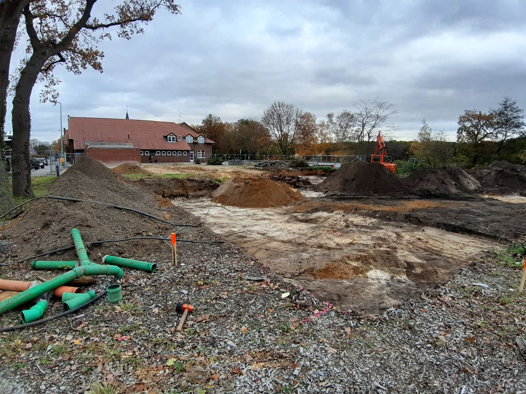 Das Foto wurde im November 2019 aufgenommen. Es zeigt die Vorbereitungsarbeiten für den Baugrund des neuen Feuerwehrgerätehauses. In 8 Tagen findet hier der erste Spatenstich statt.