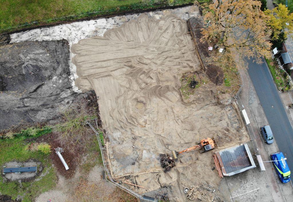Das Foto zeigt ein Luftbild von der Baustelle des neuen Feuerwehrgerätehauses Otternhagen. Es vermittelt einen Eindruck von der Größe des neuen Gerätehauses.