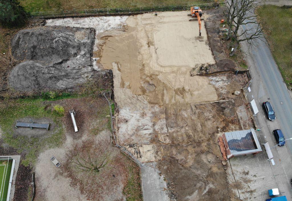 Das Luftbild zeigt die Baustelle des Feuerwehrgerätehauses am 23.11.2019. Ein Bagger verteilt Sand auf dem zukünftigen Bauplatz.
