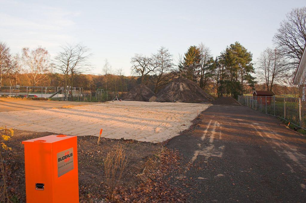 Das Foto zeigt den mit Sand aufgefüllten Baugrund für das Dienstgebäude des neuen Feuerwehrgerätehauses.