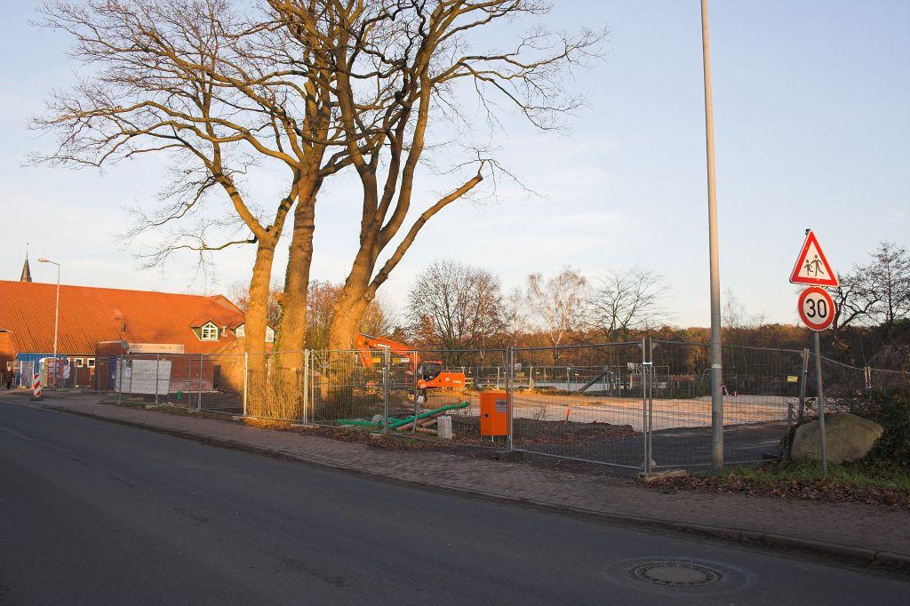 Das Bild zeigt eine Außenansicht der Baustelle. Die gesamte Baustelle ist mit einem Bauzaun umgeben.