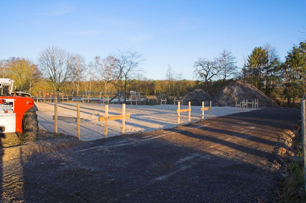 Auf diesem Bild ist der Umriss des künftigen Dienstgebäudes, das sich rechts neben der Fahrzeughalle befindet, erkennbar. Rechts neben dem Dienstgebäude wird die Zufahrt angelegt, die zu den Parkplätzen auf der Gebäuderückseite führt.