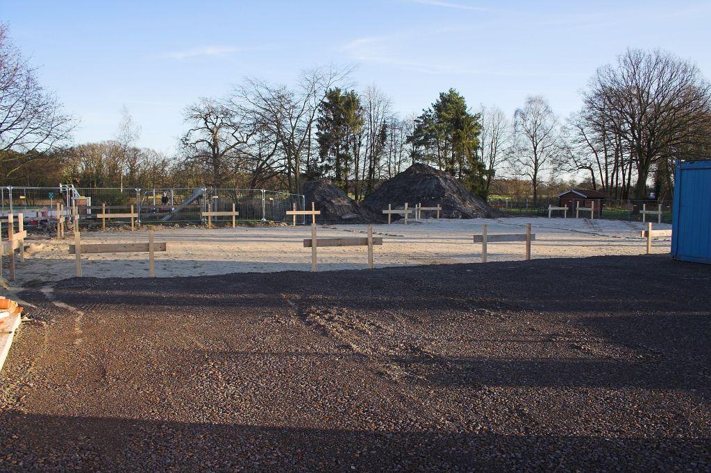 Auf diesem Foto ist die zukünftige Fahrzeughalle zu sehen, die grob abgesteckt wurde. Davor liegt eine Schotterfläche, auf der künftig der Aufstell- bzw. Vorplatz für die Einsatzfahrzeuge entstehen wird.