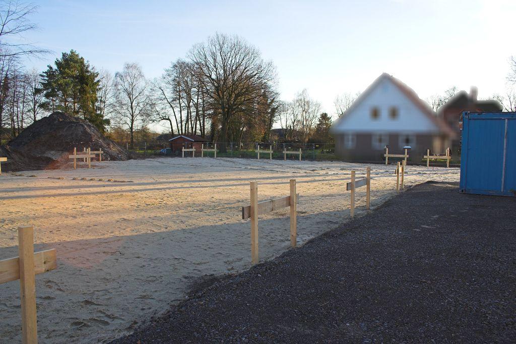 Auf diesem Foto wird der Blick von der linken äußeren Ecke der Fahrzeughalle über den abgesteckten Baugrund gezeigt.