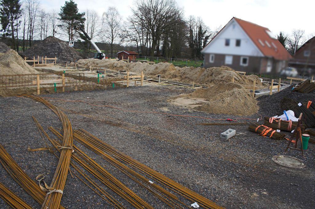 Das Foto zeigt einen Blick auf den Vor- bzw. Aufstellplatz vor der Fahrzeughalle. Zurzeit lagert hier Baumaterial für die Fundamentbewehrung.