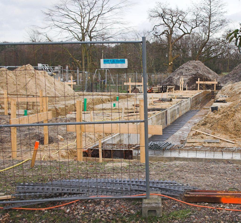 Das Bild zeigt im linken Bildbereich die zukünftige Fahrzeughalle. Rechts daneben sind die Bauarbeiten am Fundament des Dienstgebäudes erkennbar.