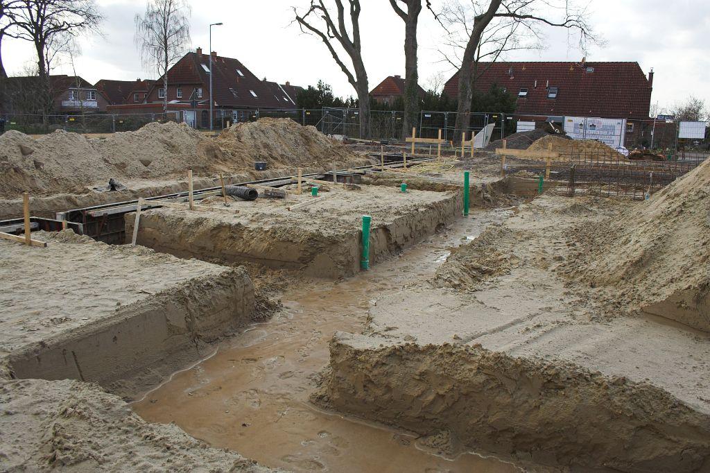 Dieses Foto ist hinter der Fahrzeughalle entstanden und zeigt die Erdarbeiten für das Fundament.