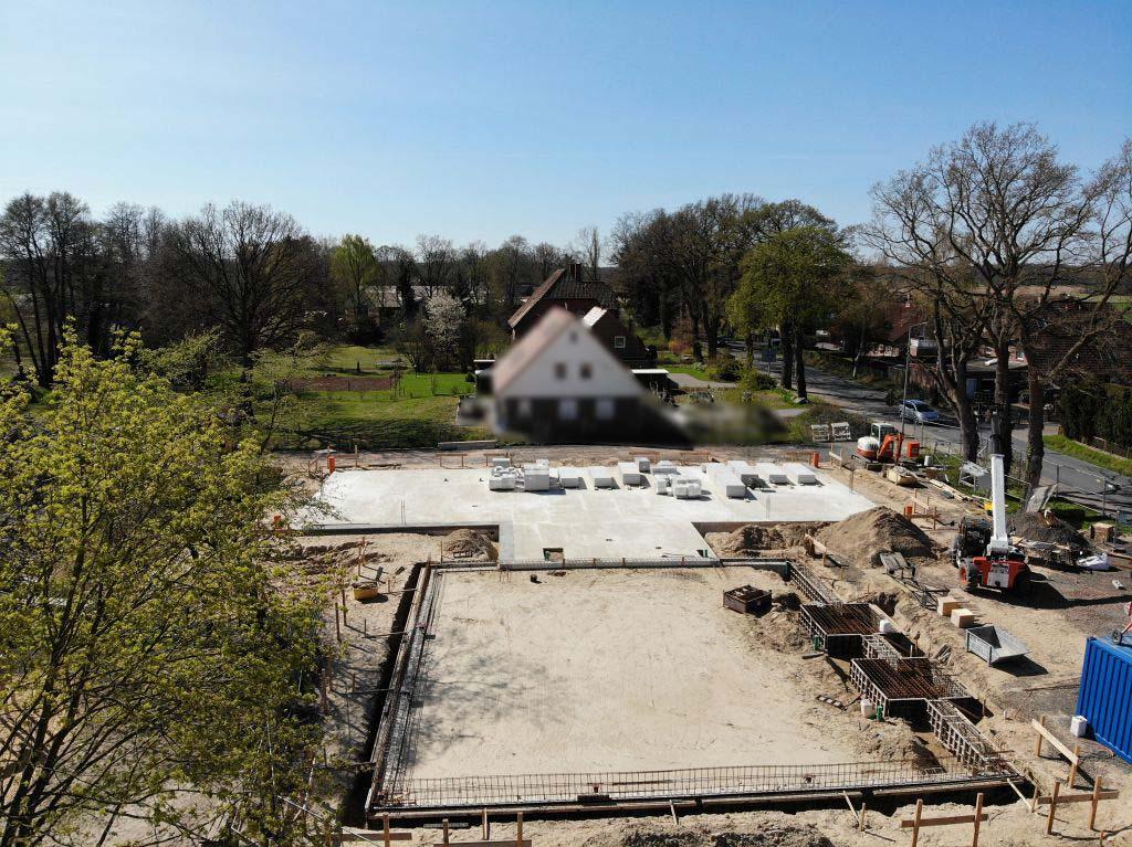 Das Luftbild zeigt im Vordergrung die zukünftige Fahrzeughalle des Feuerwehrgerätehauses. Dahinter schließt das Verbindungsbauwerk und das Dienstgebäude mit fertiggestellter Bodenplatte an. Aufnahmedatum 11.04.2020