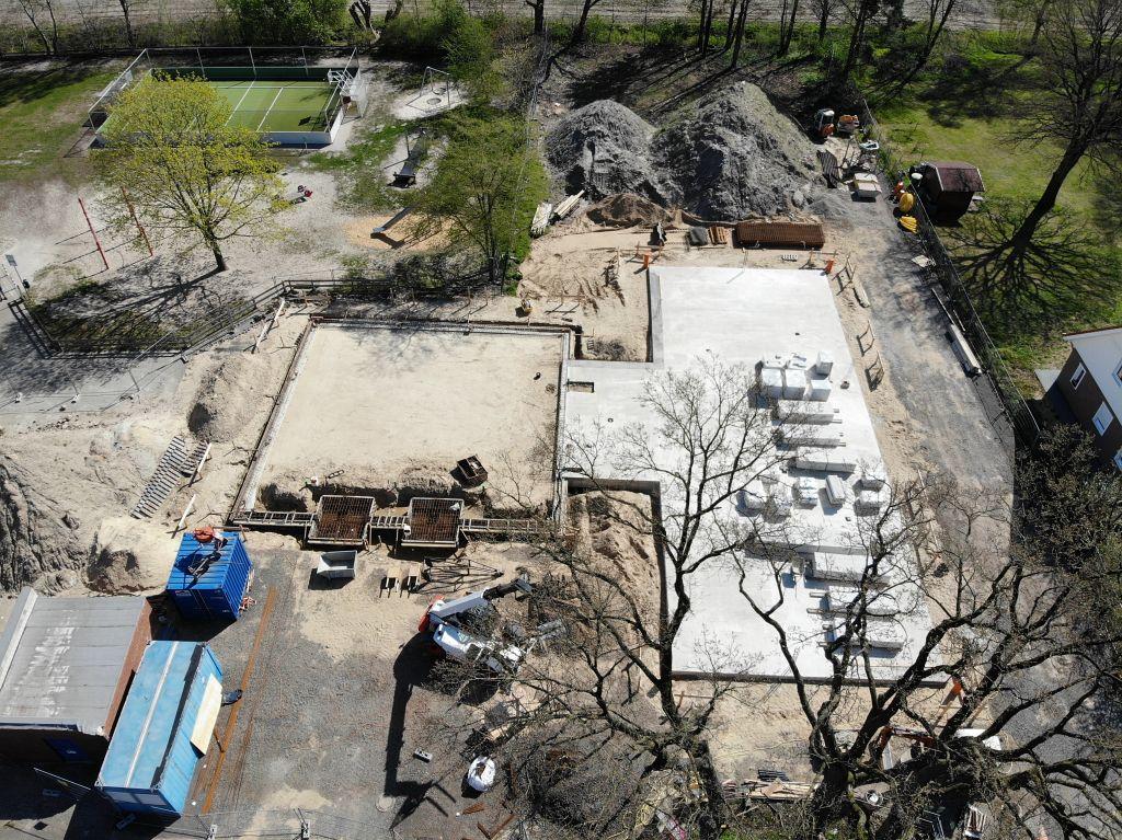 Das Foto zeigt die Straßenseite des neuen Feuerwehrgerätehauses. Vor der Fahrzeughalle im linken Bereich entsteht der Vor- und Aufstellungsplatz für die Einsatzfahrzeuge.