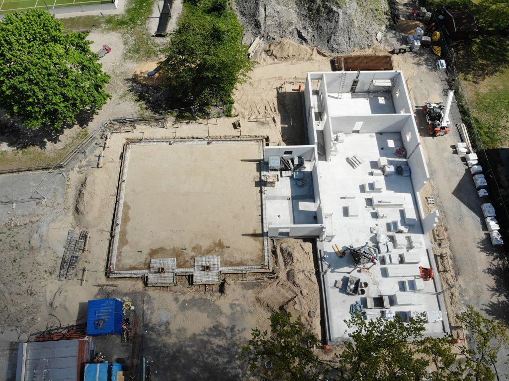 Das Foto zeigt die Gesamtansicht der Baustelle des neuen Feuerwehrgerätehauses in Otternhagen am 25.04.2020 von der Vorderseite.