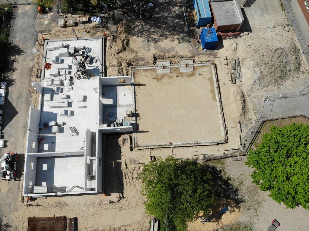 Die Aufnahme zeigt einen Blick von der Rückseite auf die Baustelle des neuen Feuerwehrgerätehauses in Otternhagen.