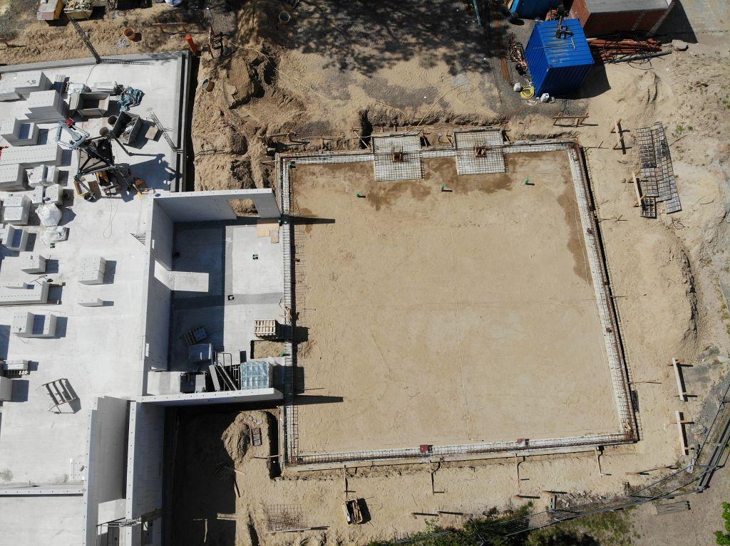 Das Foto zeigt das Verbindungsbauwerk, das zwischen dem Dienstgebäude und der Fahrzeughalle entsteht. Auch hier wurde bereits mit dem Hochbau begonnen.
