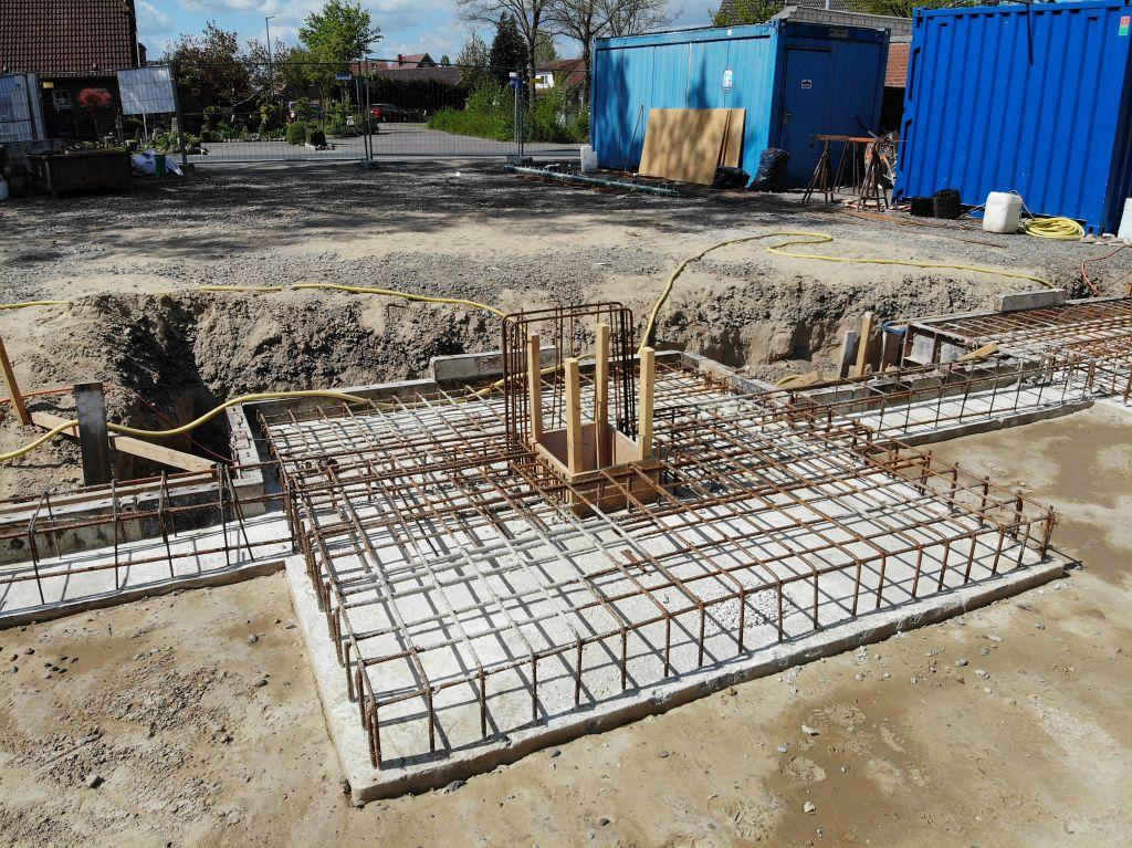 Das Foto zeigt eine Detailaufnahme vom Feuerwehrgerätehaus Otternhagen: Das Fundament für einen Torpfosten der zukünftigen Fahrzeughalle.