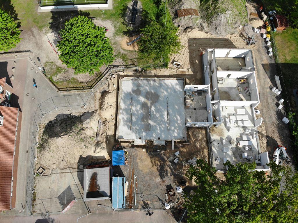 Das Foto zeigt eine Gesamtansicht der Baustelle des neuen Feuerwehrgerätehauses in Otternhagen am 04.05.2020 von der Vorderseite.
