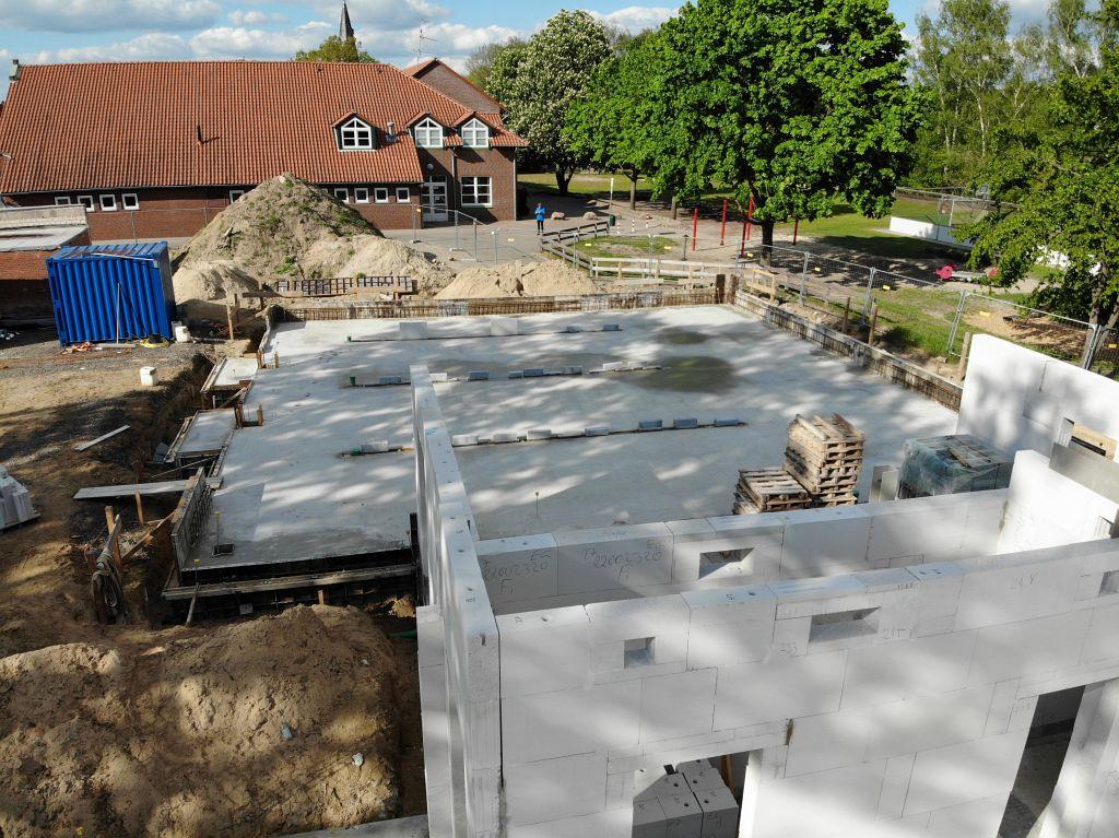 Diese Aufnahme zeigt die zukünftige Fahrzeughalle mit der fertiggestellten Bodenplatte für die Einsatzfahrzeuge der Feuerwehr Otternhagen.