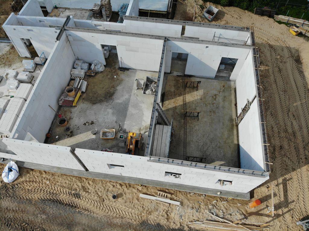 Diese Abbildung zeigt den hinteren Bereich des Dienstgebäudes, in dem sich der Alarmeingang sowie die Umkleideräume für die Feuerwehrfrauen und Feuerwehrmänner befinden.