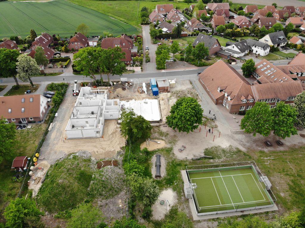 Gesamtansicht der Baustelle und der näheren Umgebung. In unmittelbarer Nachbarschaft zum Feuerwehrgerätehaus befindet sich die Grundschule Otternhagen.