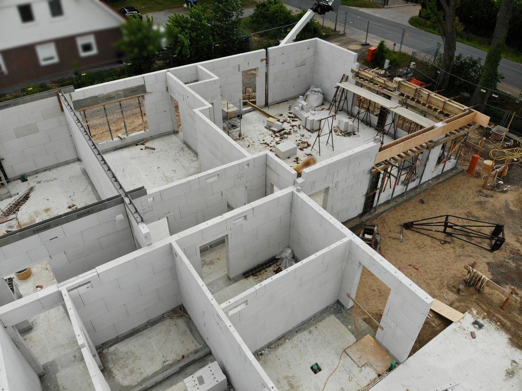 Dieser Ausschnitt zeigt den vorderen Bereich des Dienstgebäudes. Im unteren Bildbereich befindet sich das Verbindungsbauwerk, das einen direkten Zugang zur Fahrzeughalle aus dem Dienstgebäude ermöglicht.