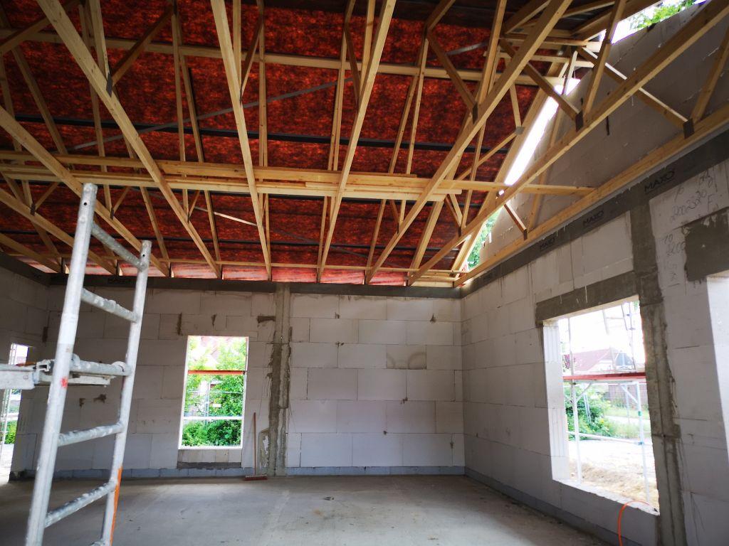 Auf diesem Foto ist der Schulungsraum im Dienstgebäude des Feuerwehrgerätehauses in der Innenansicht mit dem (noch) sichtbaren Dachstuhl abgebildet.