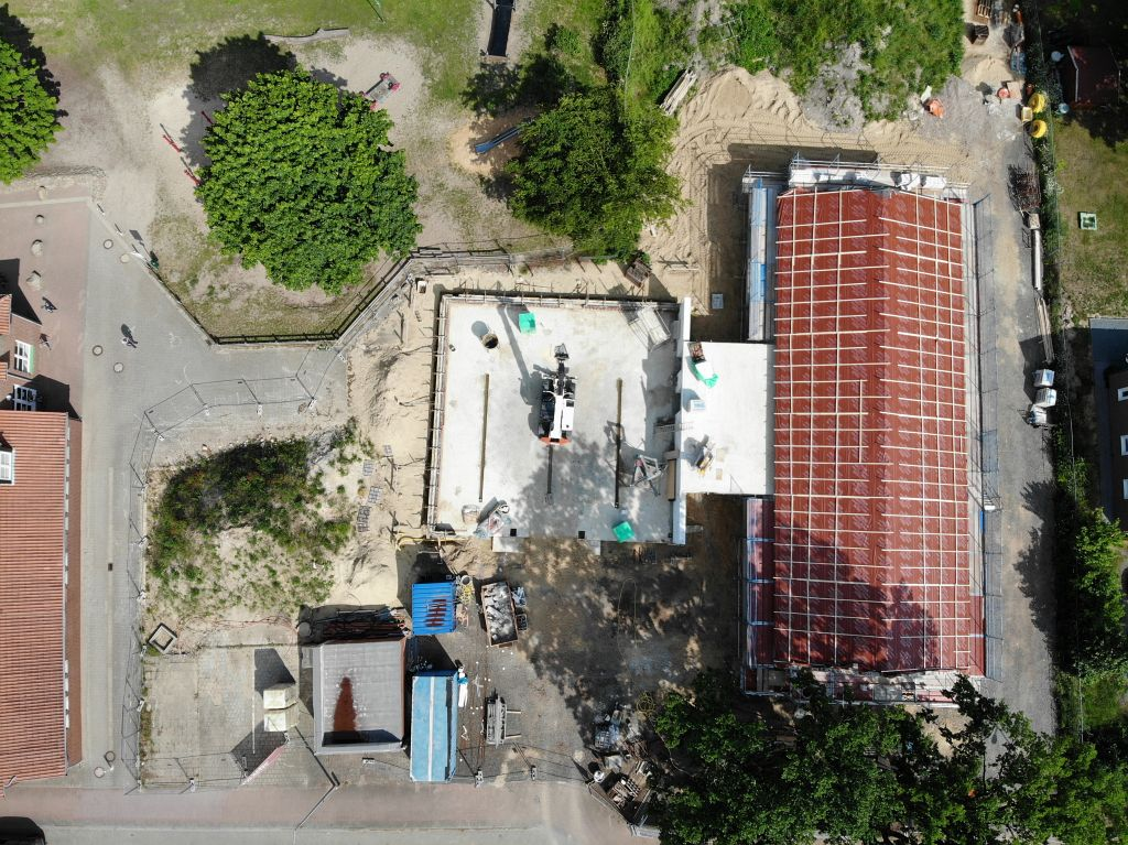 Dieses Foto zeigt die Baustelle Feuerwehrgerätehaus Otternhagen am 12.06.2020: Der Dachstuhl auf dem Dienstgebäude wird fertiggestellt.