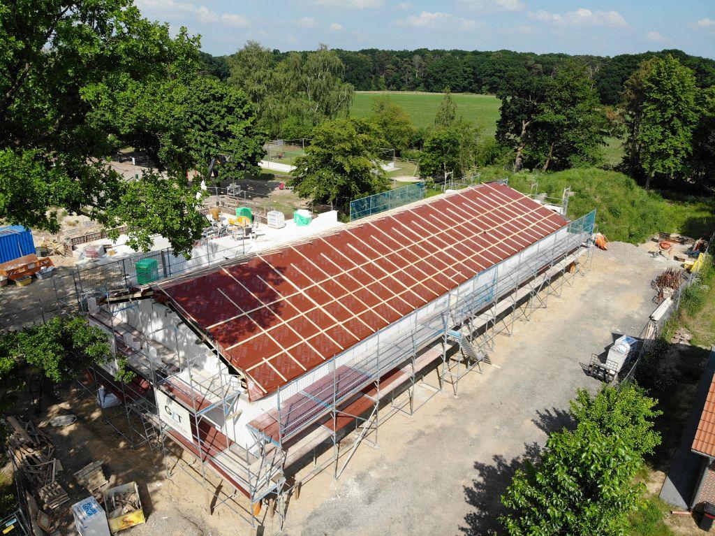 Auf dieser Aufnahme ist das Dienstgebäude dargestellt, dass für die Arbeiten am Dachstuhl vollständig eingerüstet wurde.