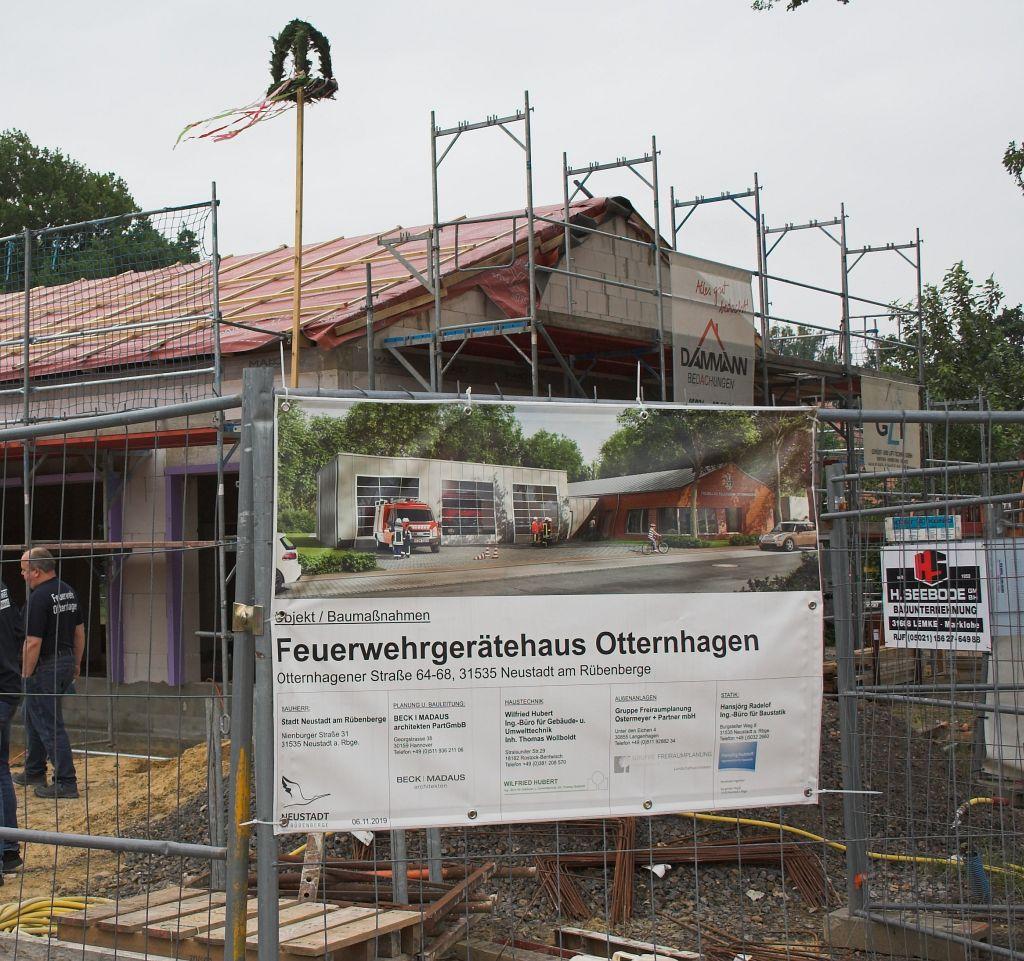 Das Foto zeigt den Richtkranz am neuen Feuerwehrgerätehaus in Otternhagen.
