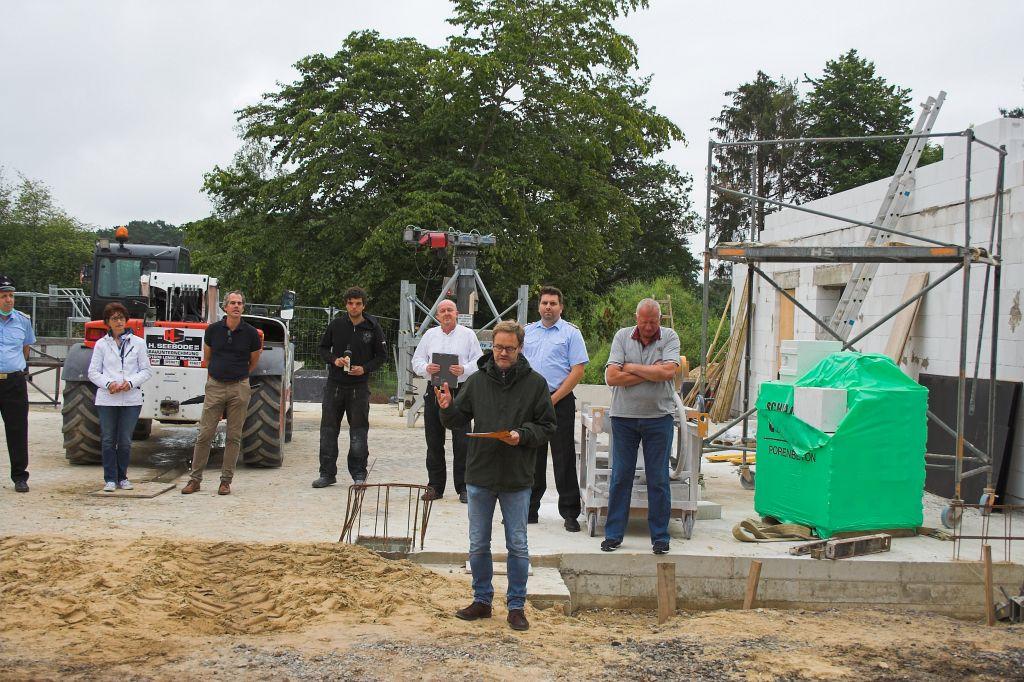 Das Bild zeigt, wie Herr Jörg Homeier, Fachbereichsleiter Infrastruktur bei der Stadt Neustadt am Rübenberge, über die Baumaßnahmen und den Baufortschritt berichtet.