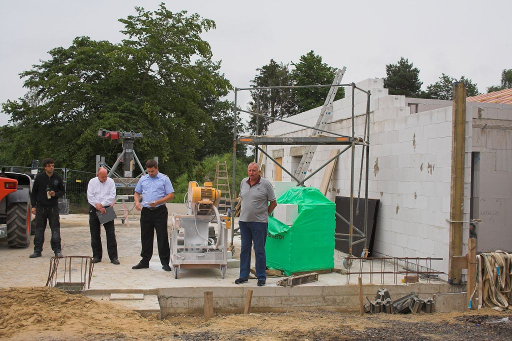 Auf dem Foto begrüßt Wilfried Schneider, Bürgermeister der Ortschaften Otternhagen, Scharrel, Metel, Averhoy und Basse, die Anwesenden.