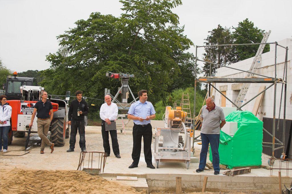 Das Foto zeigt den stellvertretenden Stadtbrandmeister der Freiwilligen Feuerwehr Neustadt am Rübenberge, Torben Klingemann, der das Wort an die Gäste richtet.
