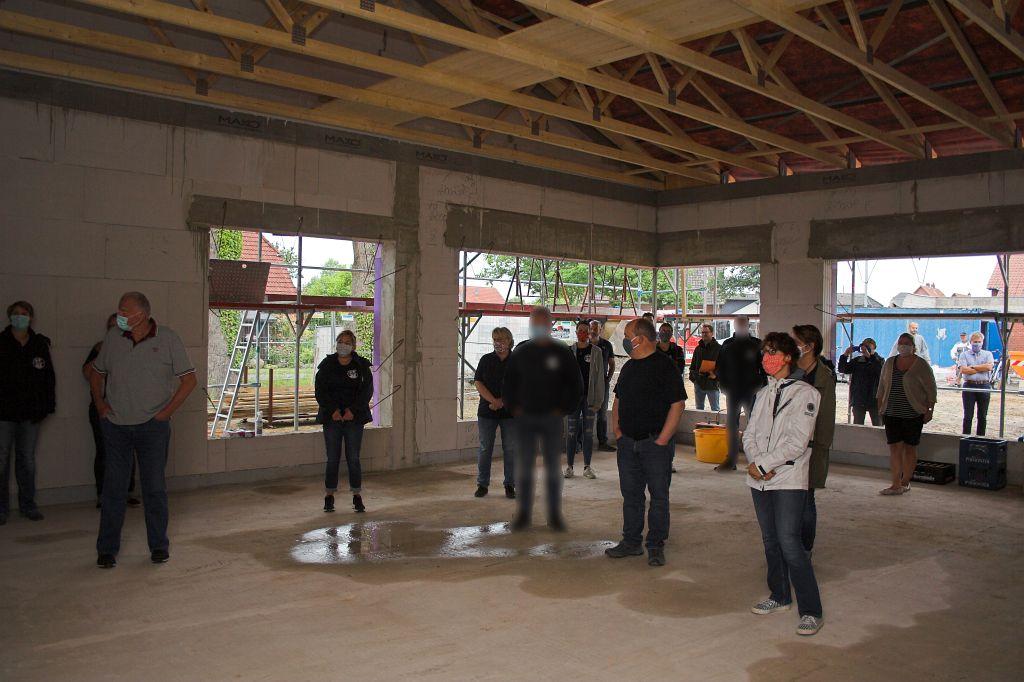 Auf dem Foto sind die Gäste des Richtfestes zu sehen, die im Schulungsraum die Ansprache des Ortsbrandmeisters verfolgen.