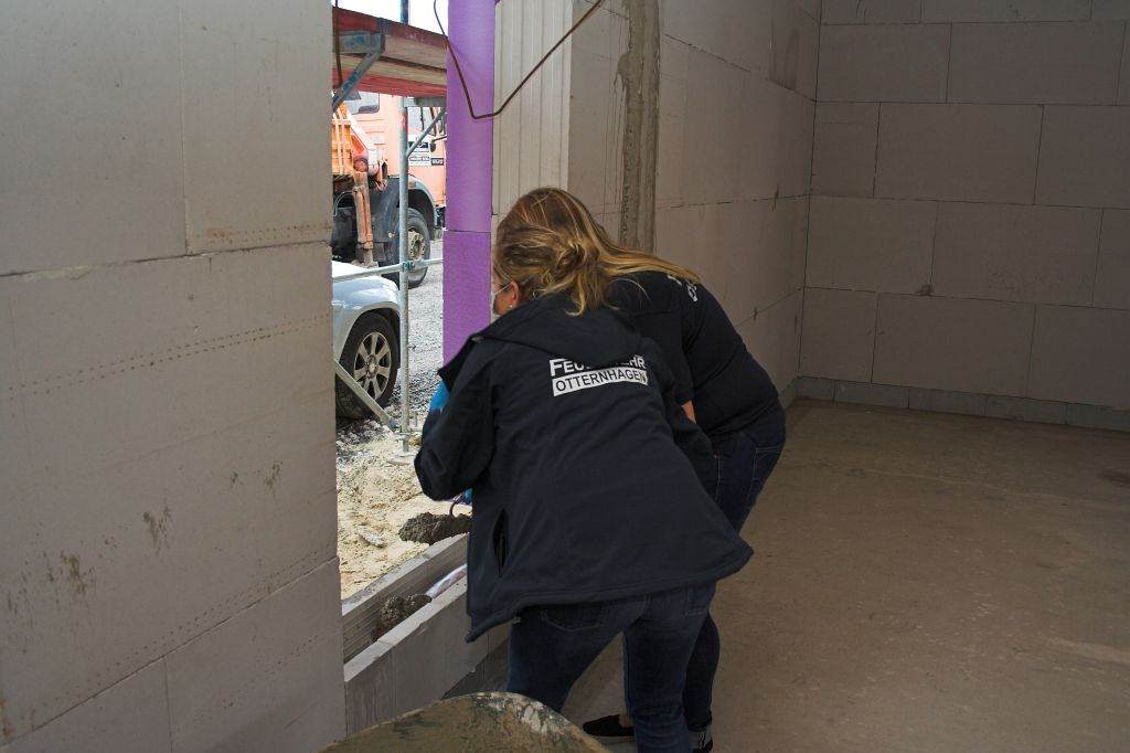 """Auf dem Foto wird gezeigt, das Jede/r Anwesende die Gelegenheit bekam, selbst beim einbetonieren des """"Grundsteins"""" zu helfen - und somit beim Bau des neuen Gerätehauses mitzuwirken."""