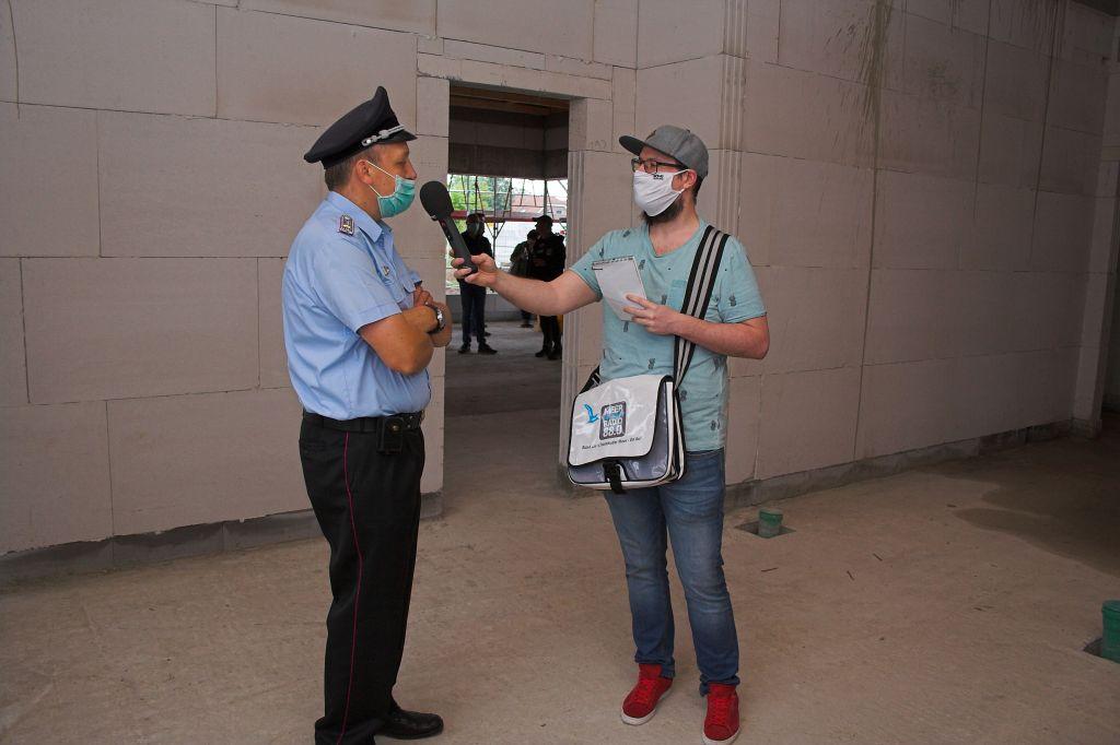 Das Foto zeigt Ortsbrandmeister Sascha Schneider im Interview mit einem Redakteur vom Meer Radio.