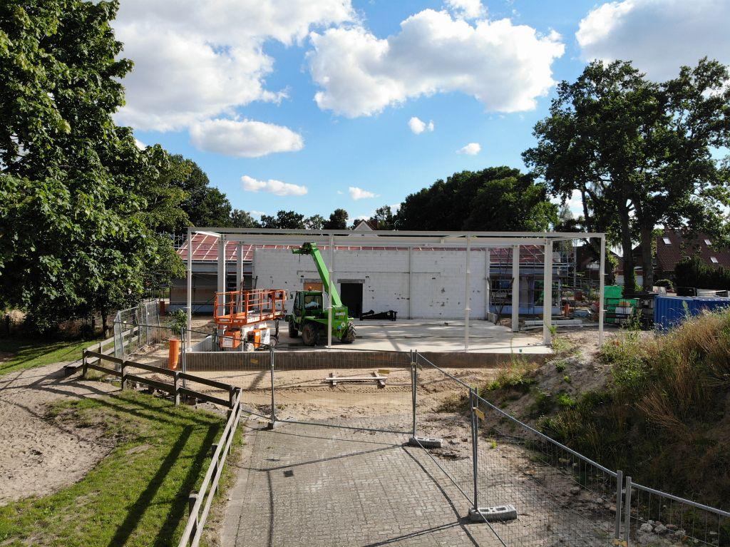 Das Foto zeigt eine Seitenansicht der Fahrzeughalle. Die Grundfläche der Halle beträgt etwa 250 m2.