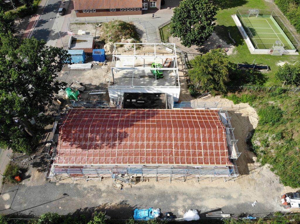 Die Aufnahme zeigt einen Blick auf die Baustelle in der Seitenansicht.