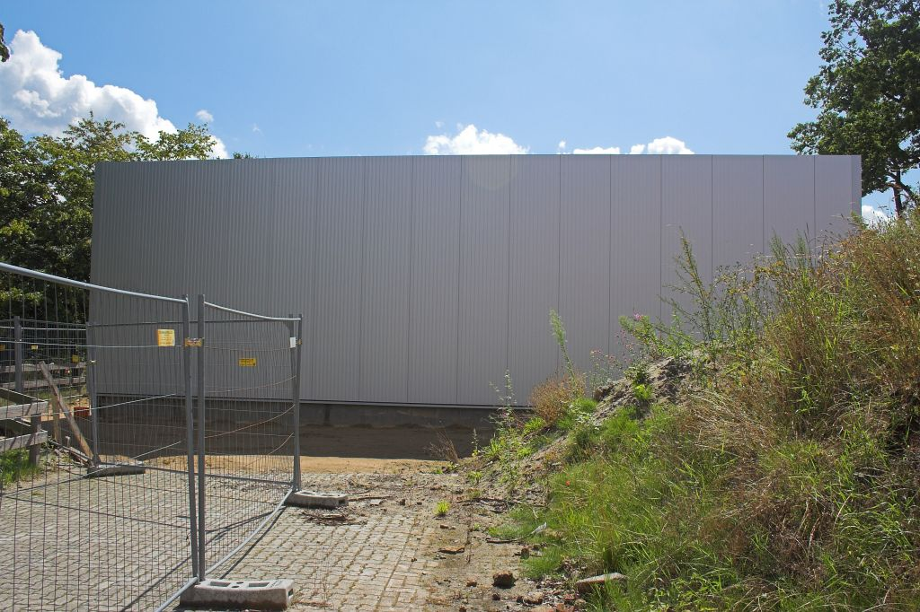 Das Foto zeigt die Seitenansicht der Fahrzeughalle.