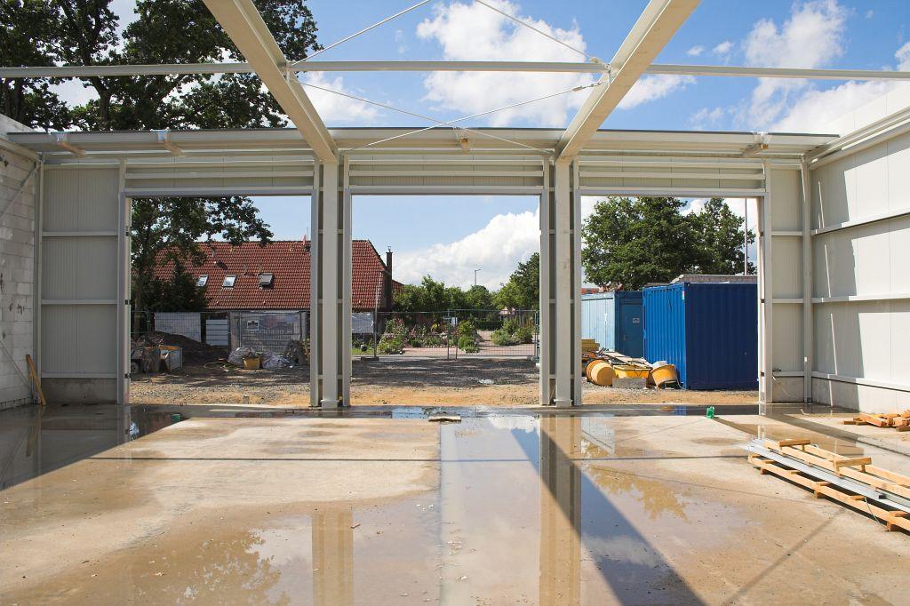 Die Abbildung zeigt einen Blick von der Rückwand der Fahrzeughalle in Richtung der drei Hallentore.