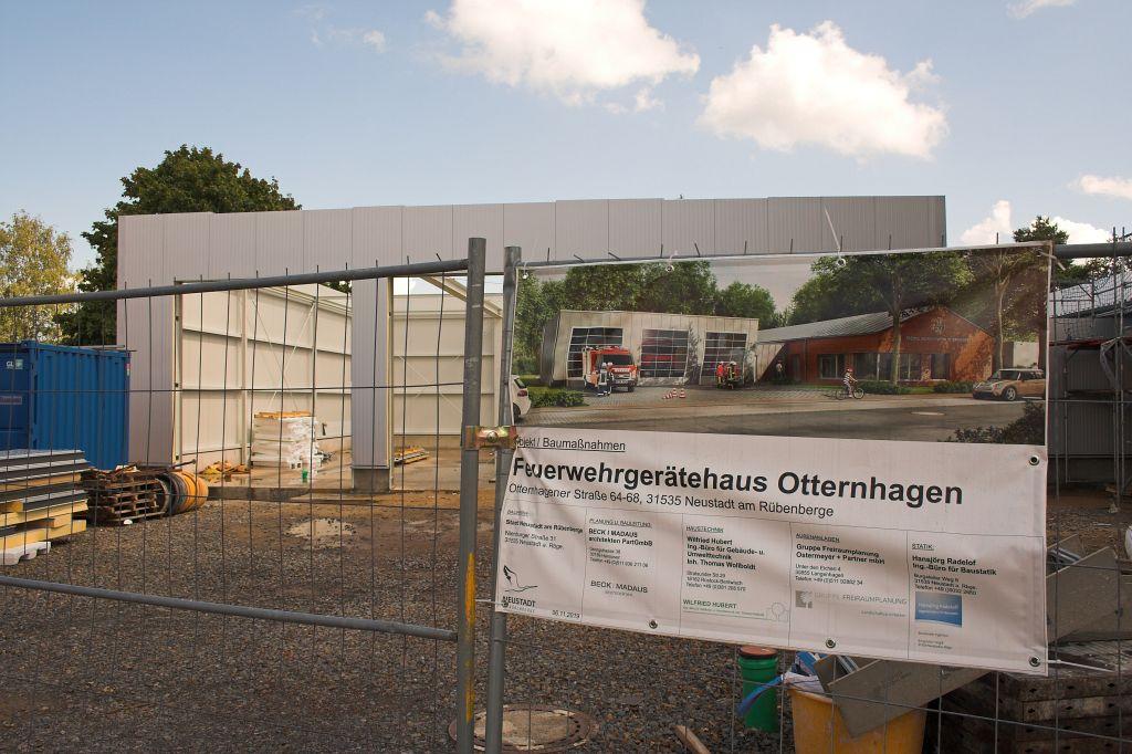Wird dem Bauschild immer ähnlicher: Die Fahrzeughalle in der Planungsansicht - und dahinter im Original.