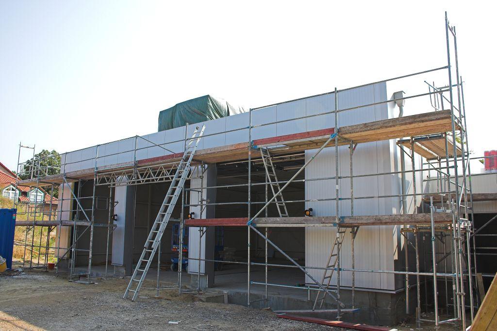Das Foto zeigt das geschlosse Dach der Fahrzeughalle. Zurzeit finden noch Arbeiten an der Hallenüberdachung statt.