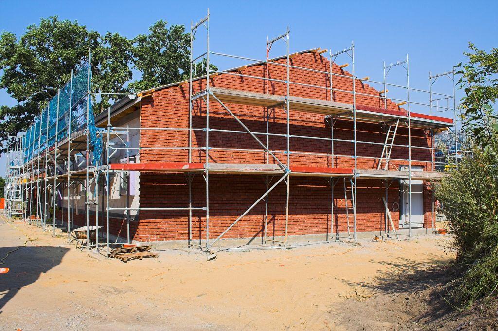 Das Bild zeigt das Dienstgebäude des Feuerwehrgerätehauses in Otternhagen, dass eine rote Klinkerfassade erhält. Auf der Rückseite sind die Klinkerarbeiten bereits fertiggestellt.
