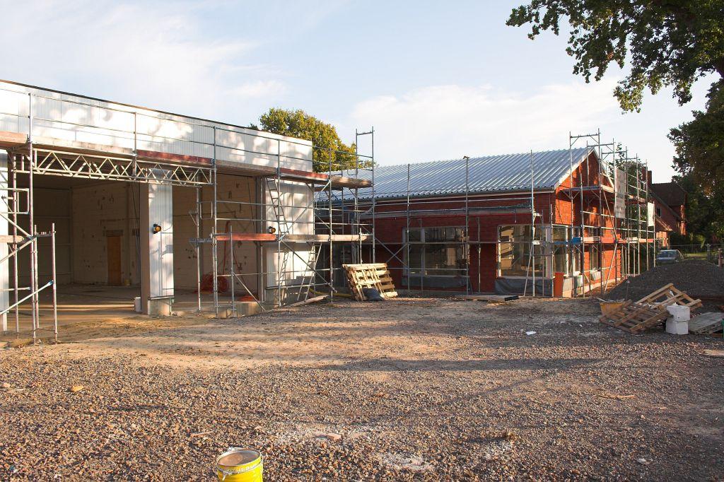 Auf dem Foto ist die Fahrzeughalle und das Dienstgebäude des Feuerwehrgerätehauses in Otternhagen abgebildet.