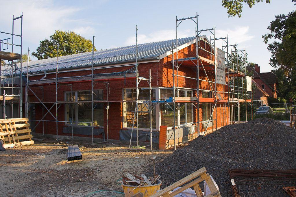 Die Abbildung zeigt das Dienstgebäude des Feuerwehrgerätehauses in Otternhagen mit der roten Klinkerfassade. Hinter der großen Fensterfront befindet sich der Schulungsraum.