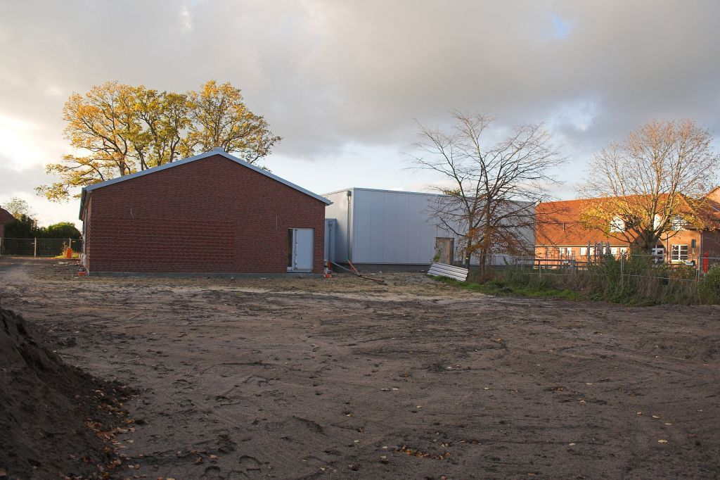 Das Bild zeigt die eingeebnete Fläche hinter dem Feuerwehrgerätehaus Otternhagen, auf der ein Parkplatz entsteht.