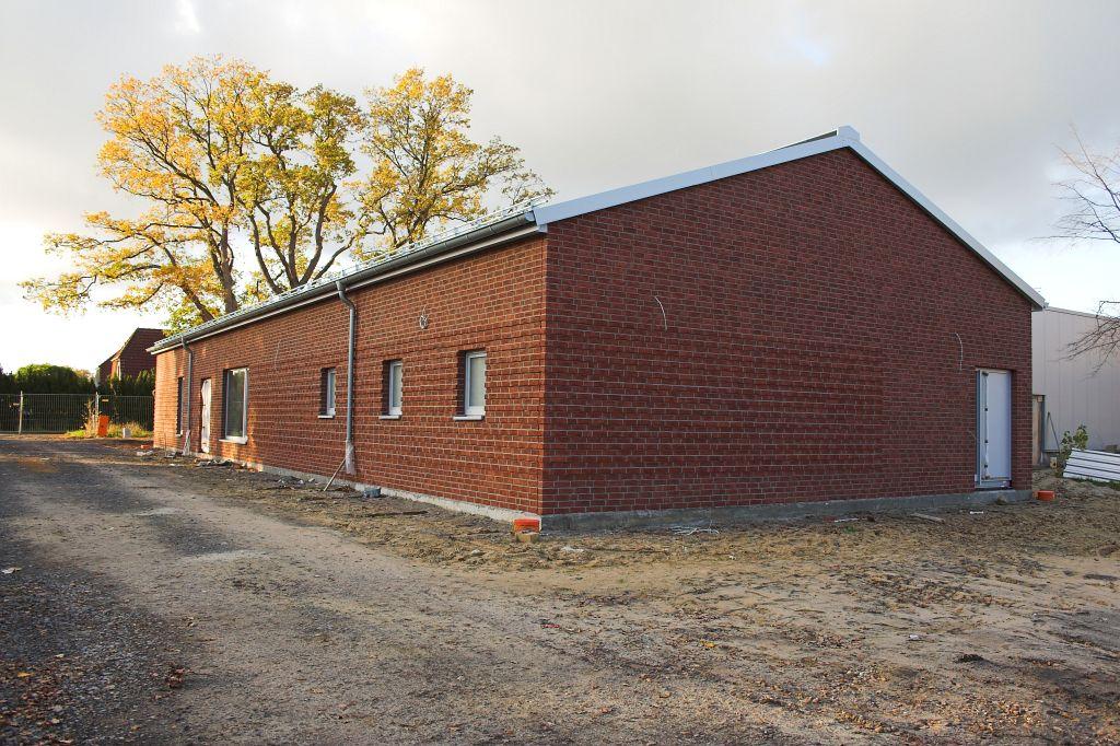 Das Foto zeigt die Rückseite des Dienstgebäudes mit dem zukünftigen Alarmeingang.