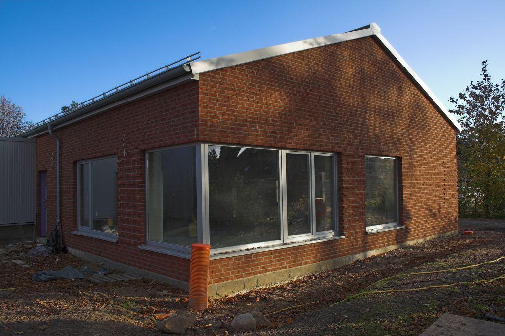 Die Abbildung zeigt das Dienstgebäude des Feuerwehrgerätehauses in Otternhagen. Hinter der großen Fensterfront befindet sich der Schulungsraum.