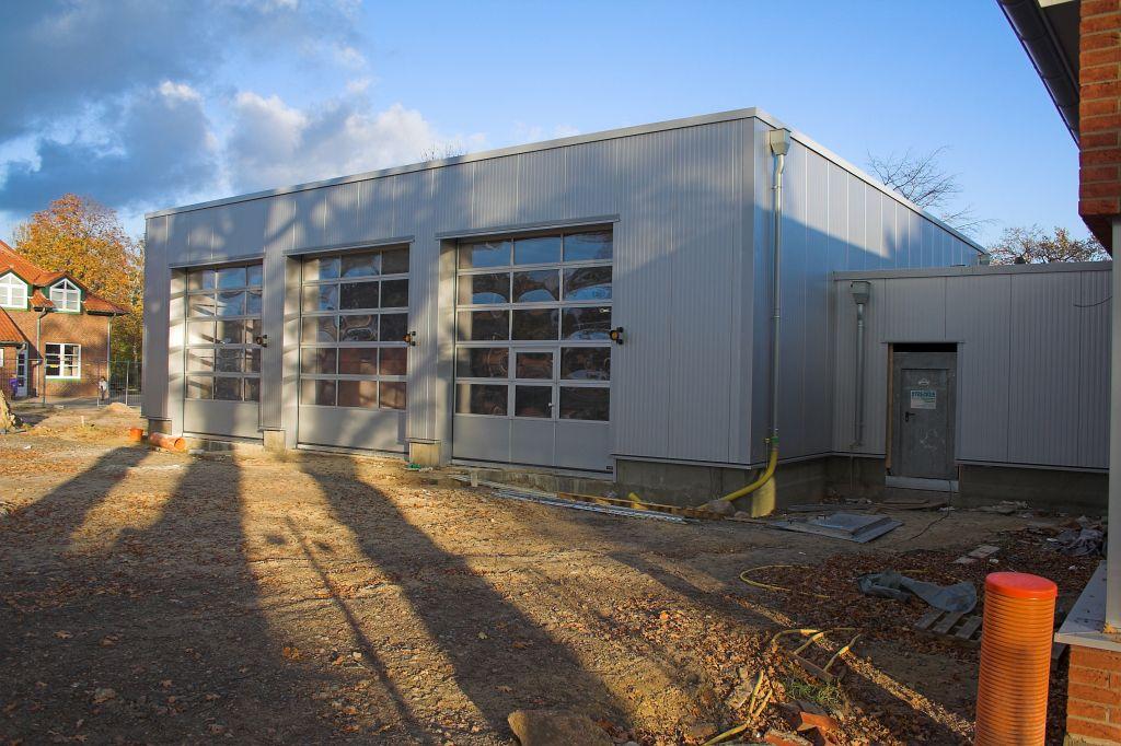 Auf dem Foto ist die Fahrzeughalle mit geschlossenen Hallentoren des Feuerwehrgerätehauses in Otternhagen abgebildet.