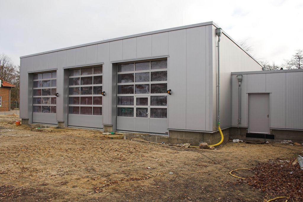 Dieses Foto zeigt die Fahrzeughalle des neuen Feuerwehrgerätehauses in Otternhagen.