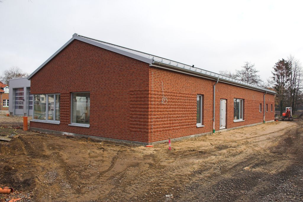 Auf dem Foto ist eine Außenansicht des Dienstgebäudes vom Feuerwehrgerätehaus Otternhagen mit dem Haupteingang auf der rechten Gebäudeseite abgebildet.